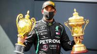 Lewis Hamilton si svou trofejí za první místo po závodě v Silverstone