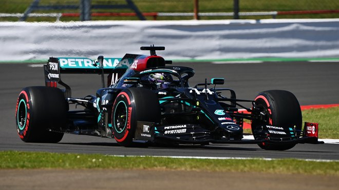 Lewis Hamilton s Mercedesem W11 v Silverstone