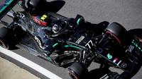 Valtteri Bottas v Silverstone s Mercedesem