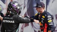 Lewis Hamilton a Max Verstappen po závodě v Silverstone
