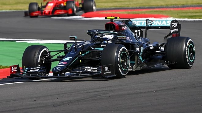 Valtteri Bottas v závodě v Silverstone