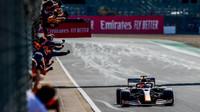 Max Verstappen v cíli závodu v Silverstone