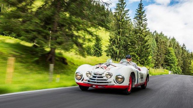 Hans-Joachim Stuck za volantem speciálu Škoda Sport, který automobilka v roce 1950 postavila na start závodu v Le Mans