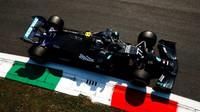Valtteri Bottas s Mercedesem v 1. tréninku na Monze
