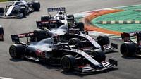 Kevin Magnussen a Romain Grosjean v závodě na Monze