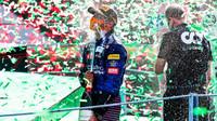 Carlos Sainz slaví po závodě v Monze