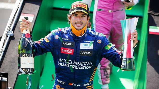 Carlos Sainz se svou trofejí za druhé místo po závodě v Monze