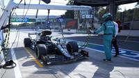 Lewis Hamilton si odpikává trest 10 vteřin v závodě na Monze