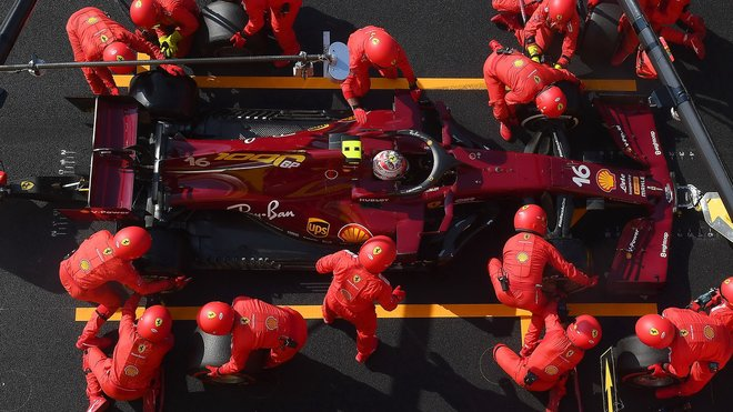 Charles Leclerc v boxech Ferrari