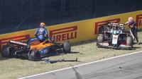 Carlos Sainz a Kevin Magnussen po hromadné nehodě v závodě v Toskánsku