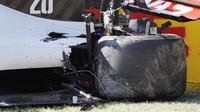 Zadní část vozu Kevina Magnussena po hromadné nehodě v závodě v Toskánsku