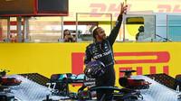 Lewis Hamilton se raduje z 90 vítězství po závodě v Toskánsku