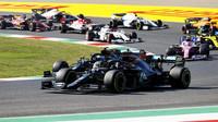 Valtteri Bottas a Lewis Hamilton po startu závodu v Toskánsku