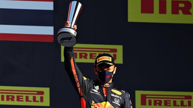 Alexander Albon se svou trofejí za třetí místo po závodě v Toskánsku