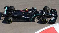 Valtteri Bottas dlouho držel Hamiltona v šachu, nakonec ho týmový kolega výrazně předčil