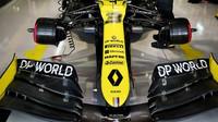 Přední křídlo vozu Renault při pátečním tréninku v Soči