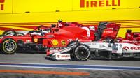 Kimi Räikkönen soupeří s vozy Ferrari po startu závodu v Soči