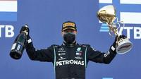 Valtteri Bottas se svou trofejí za první místo v závodě v Soči