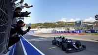 Valtteri Bottas vítězí v závodě v Soči