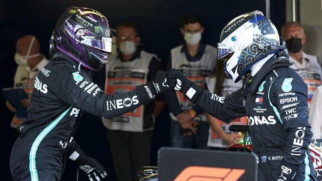 Lewis Hamilton gratuluje Valtterimu Bottasovi po závodě v Soči