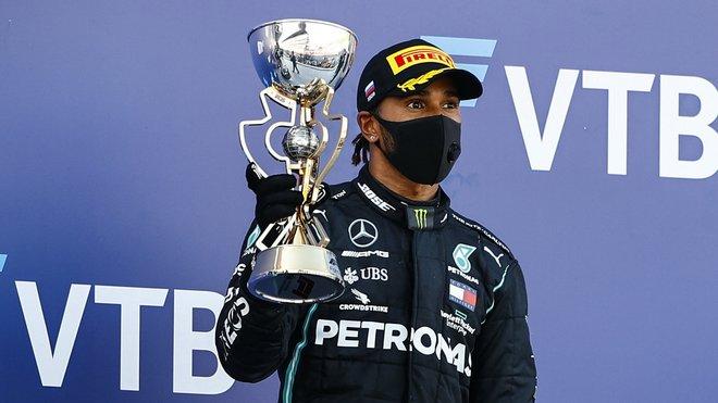 Lewis Hamilton se svou trofejí za první místo po závodě v Soči