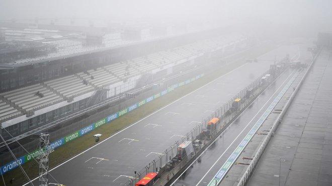 Počasí dnes bylo proti, piloti se za celý pátek na trať nedostali