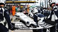 Nové přední křídlo pro Daniila Kvjata počas závodu na Nürburgringu