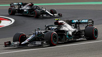 Valtteri Bottas a Lewis Hamilton počas závodu na Nürburgringu