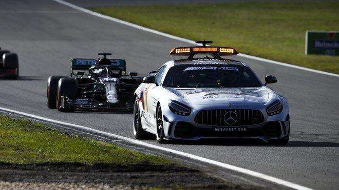 Lewis Hamilton za safety carem během závodu na Nürburgringu