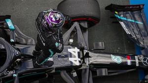 Hamilton může zdolat hranici, která se zdá být nepřekonatelná, myslí si bývalý pilot F1 - anotační obrázek