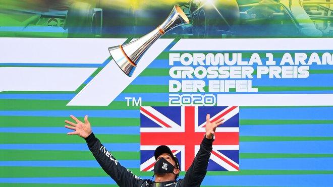 Lewis Hamilton se svou trofejí za první místo na pódiu na Nürburgringu