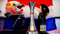 Přilba a pohár Maxe Verstappena na Nürburgringu