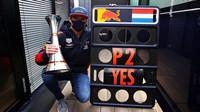 Max Verstappen se svou trofejí za druhé místo na Nürburgringu