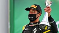 Daniel Ricciardo se svou trofejí za třetí místo na pódiu na Nürburgringu