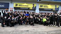 Daniel Ricciardo se svým týmem Renault slaví třetí místo na Nürburgringu