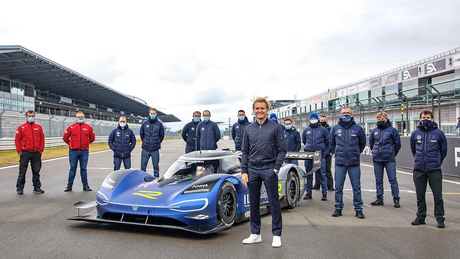 Bývalý šampion F1 Nico Rosberg si test elektrického ID.R užil dešti navzdory