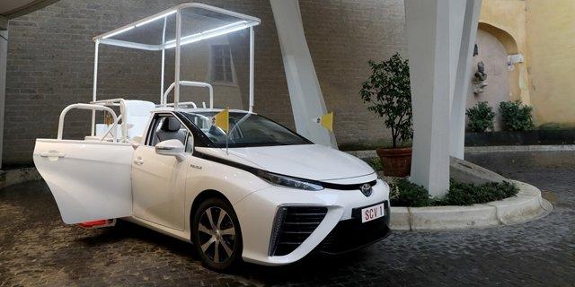 Papamobil Toyota Mirai