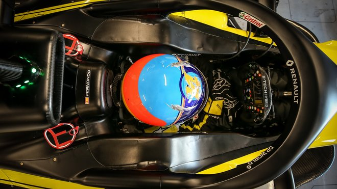 Fernando Alonso v rámci filmovacího dne v Barceloně