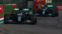 Lewis Hamilton a Valtteri Bottas při závodě v Imole