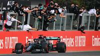 Lewis Hamilton v cíli závodu v Imole
