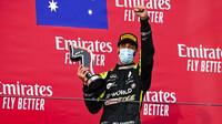 Daniel Ricciardo se svou trofejí za třetí místo po závodě v Imole