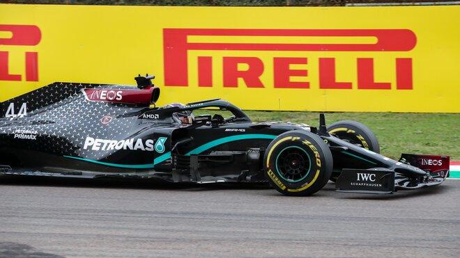 Lewis Hamilton při závodě v Imole