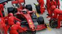 Sebastian Vettel v boxech Ferrari