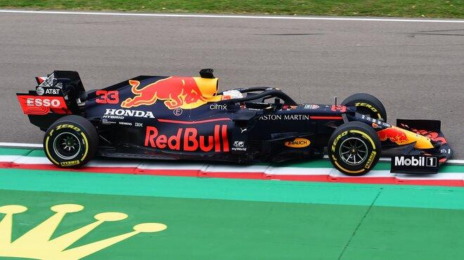 Max Verstappen při závodě v Imole