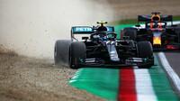 Valtteri Bottas chybuje pod tlakem Maxe Verstappena