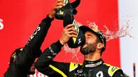 Daniel Ricciardo při shoey na póidu po závodě v Imole