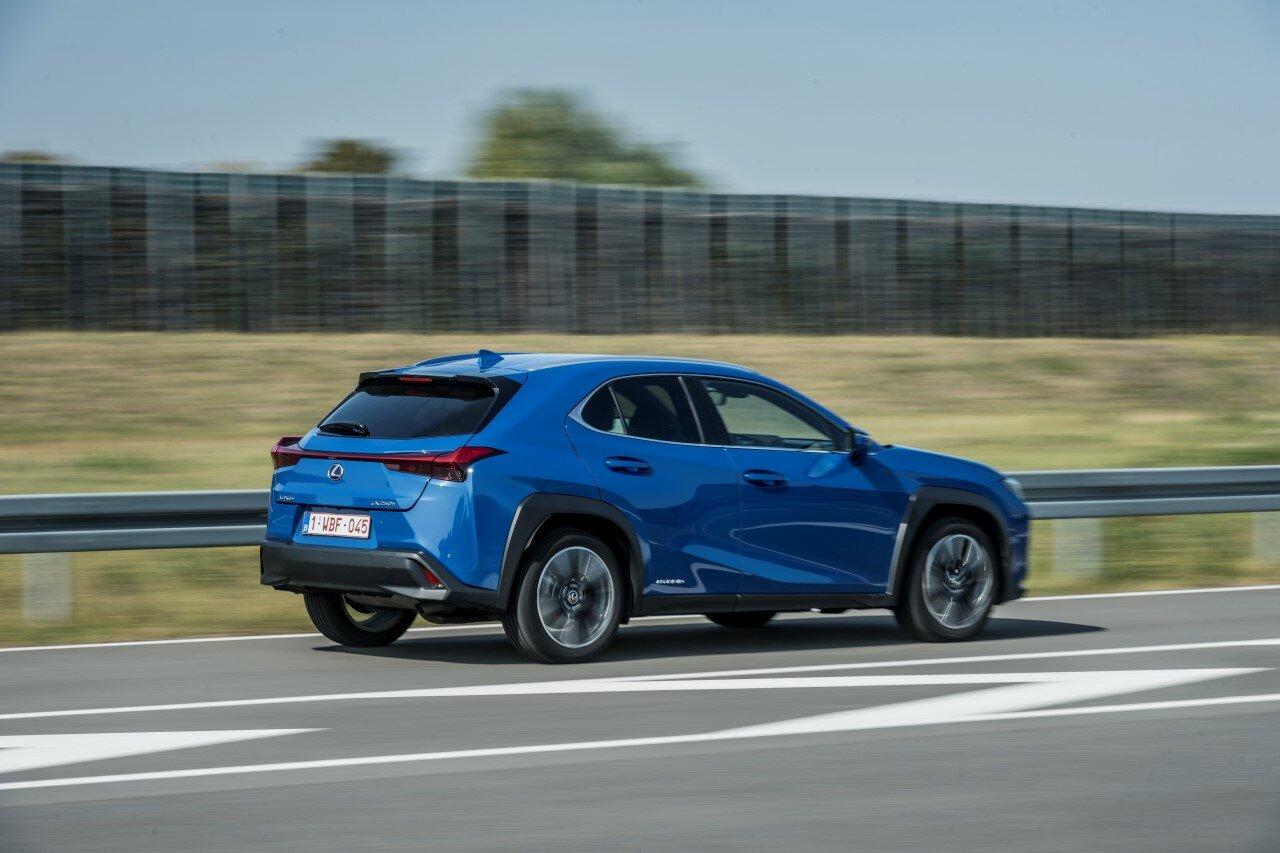 Lexus UX 250h ukazuje, jak ohromného zlepšení jízdní dynamiky Lexus od roku 2005 s hybridní technologií dosáhl