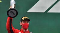 Sebastian Vettel se svou trofejí za třetí místo po závodě v Turecku