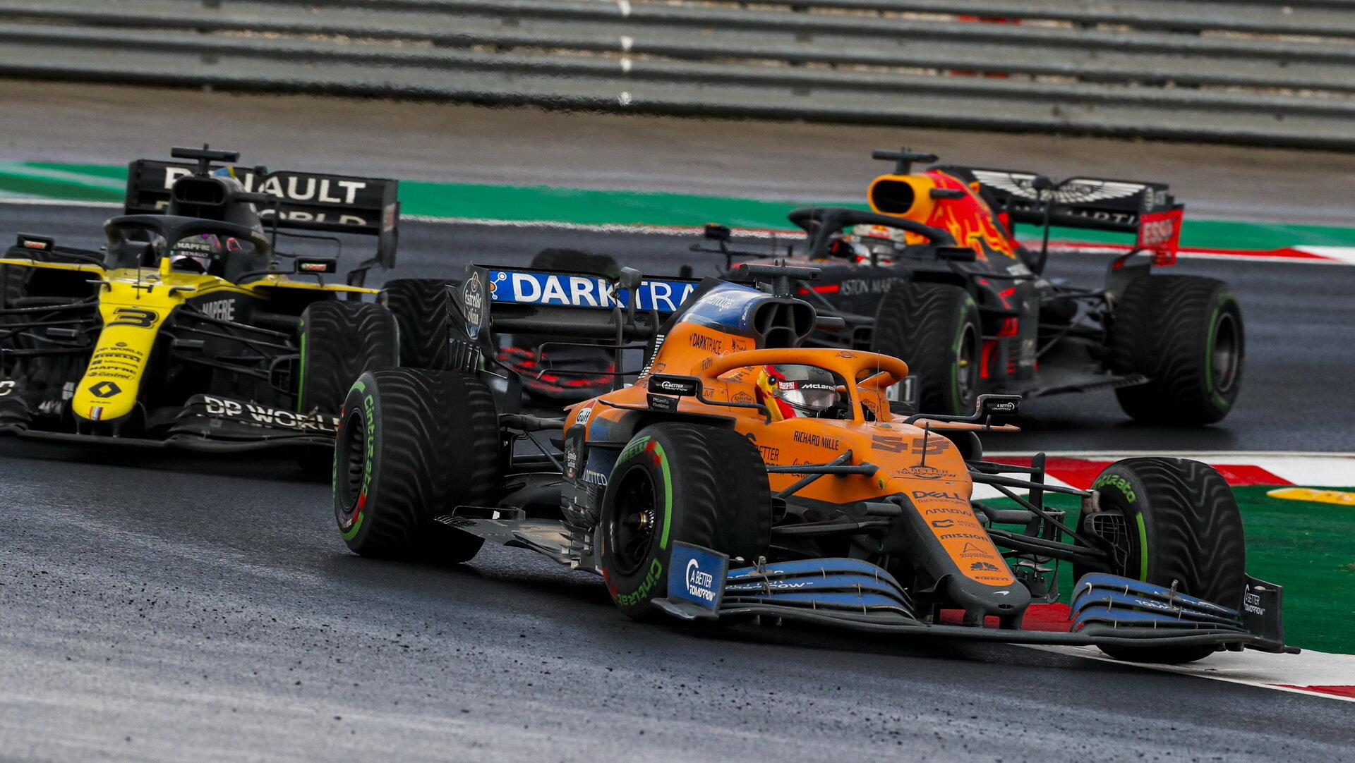 Carlos Sainz a Daniel Ricciardo v závodě v Turecku