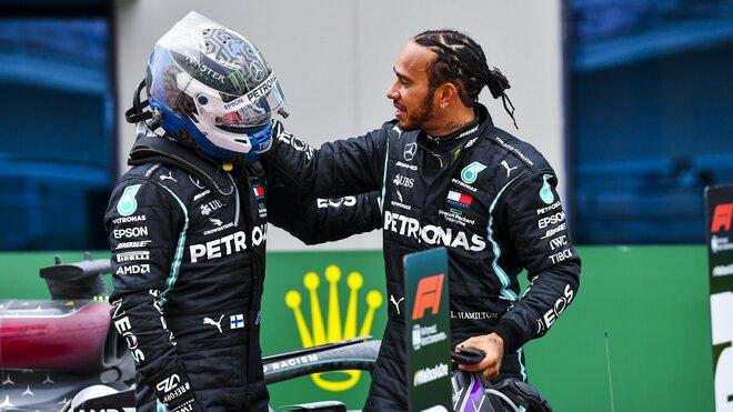 Lewis Hamilton a Valtteri Bottas po závodě v Turecku